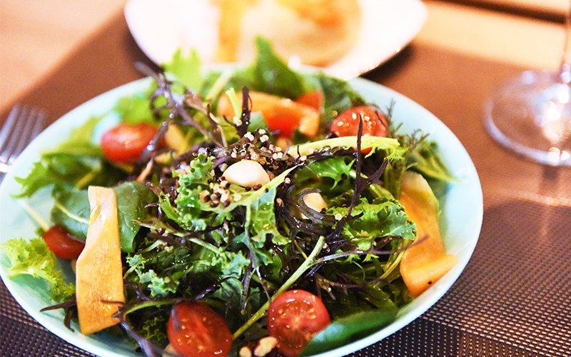 ケールとキヌア、ナッツのグリーンサラダ